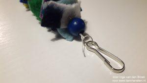 fleece hanger uiteinde met kraal en knoop in draad aan ring en hanger